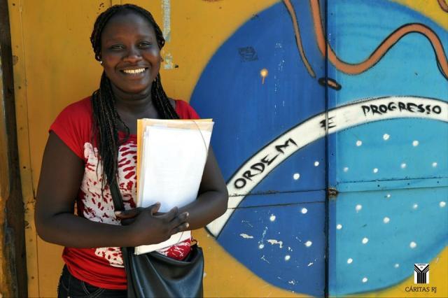 A senegalesa Evelyne, 23, que aprendeu português ouvindo as músicas do grupo Exaltasamba. Crédito: Cáritas RJ