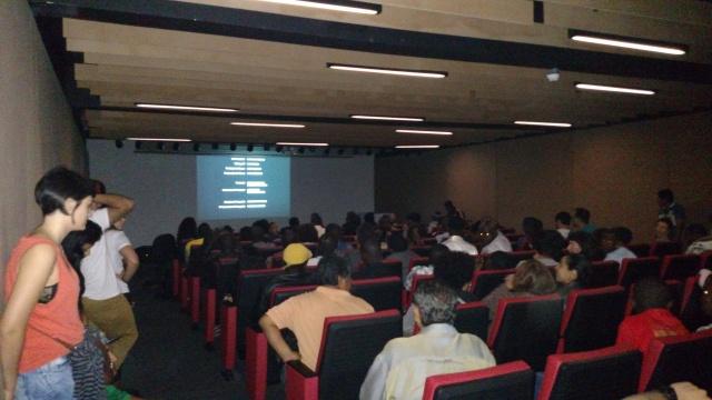 Auditório do Museu da Imigração ficou lotado para a projeção de estreia do Microcine Migrante. Crédito: Rodrigo Borges Delfim