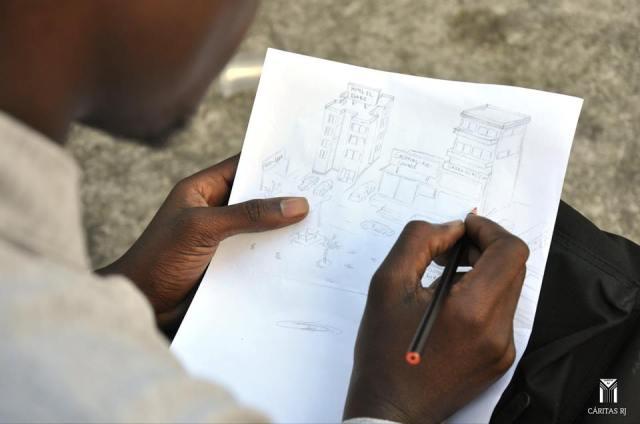 Jordi, o jovem congolês que desenha nas horas vagas e quer voltar ao país natal para ajudá-lo. Crédito: Cáritas RJ