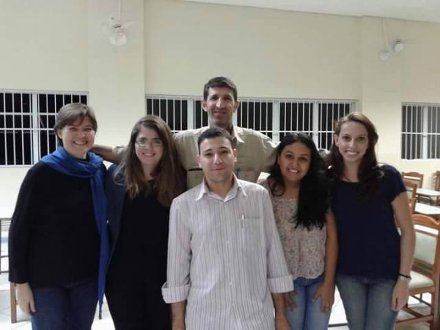 Integrantes do MemoRef com dois refugiados já atendidos por eles no Oasis Solidário. Experiência com a entidade foi inspiração e base para o projeto. Crédito: Divulgação/MemoRef