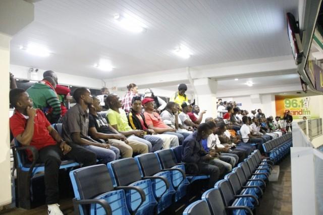 Haitianos acompanham jogo do Avaí na sala VIP da Ressacada. Guilherme Lopes/Avaí F.C.