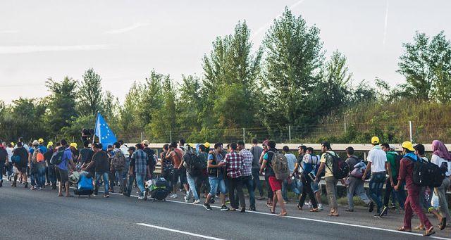 Refugiados caminham pela Hungria em direção à Áustria e Alemanha. Google lançou campanha com pergunta-fake para chamar atenção para o tema. Crédito: Creative Commons