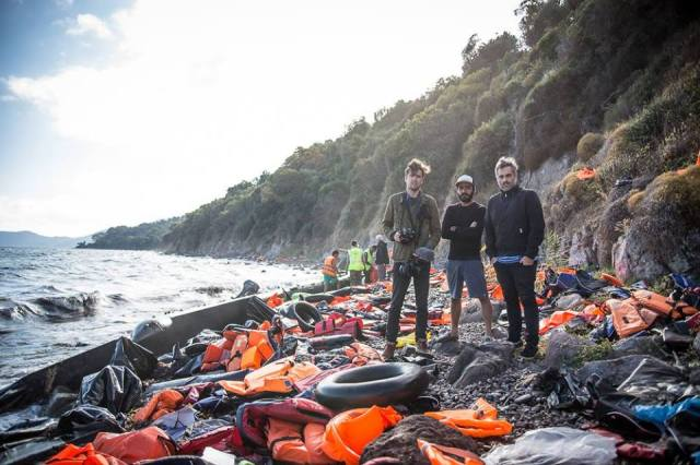 Fran, Ufo e Michel na ilha de Lesbos, Grécia. Crédito: Kelly Lynn