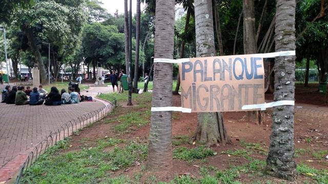 Reunião começou na Praça da República, mas terminou na Praça das Artes devido à chuva. Crédito: Rodrigo Borges Delfim/MigraMundo