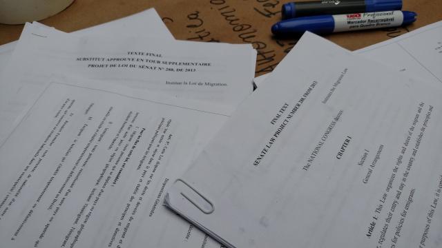 Texto da Lei de Migração em outros idiomas. Graças a voluntários. Crédito: Rodrigo Borges Delfim/MigraMundo