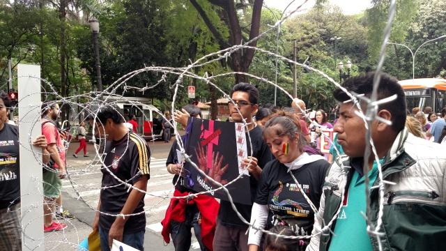 Grupo levou cerca que simbolizou as fronteiras a serem superadas pelo mundo. Crédito: Rodrigo Borges Delfim/MigraMundo