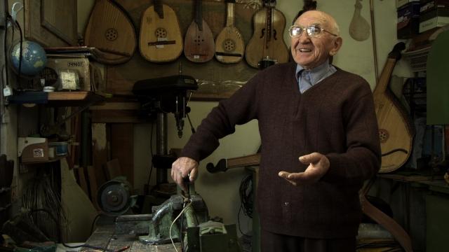Iván Bojko aprendeu a fabricar o insrumento bandura para ficar mais perto da terra natal. Crédito: Divulgação