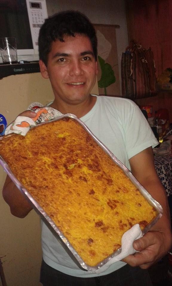 Adolfo e a chipa guasú, receita típica do Paraguai. Crédito: Arquivo pessoal