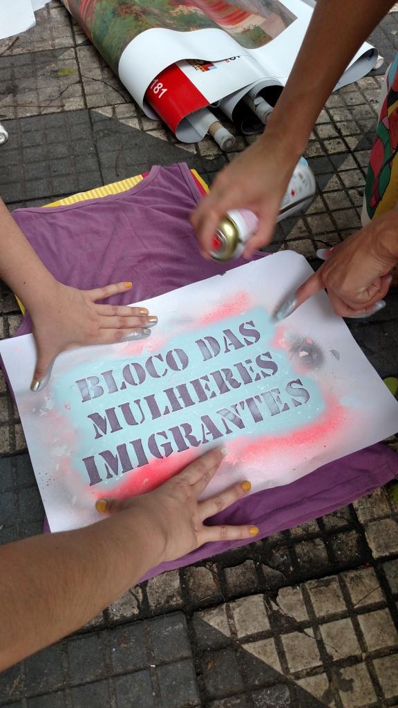 Mulheres imigrantes se preparam para a Marcha dos Imigrantes 2015. Crédito: Rodrigo Borges Delfim/MigraMundo