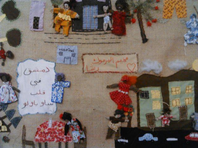 """""""Damasco no coração de São Paulo"""" é o que significa a inscrição em árabe no painel feito com a técnica têxtil arpillera, ensinada durante o evento. Crédito: Géssica Brandino/MigraMundo"""
