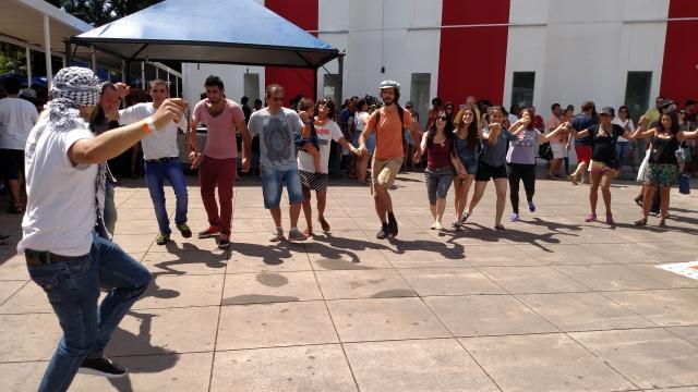 Público e atrações do evento interagiram com música e dança. Crédito: Rodrigo Borges Delfim/MigraMundo