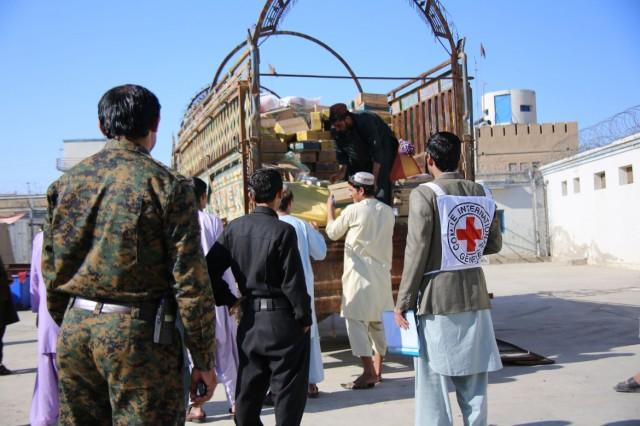 Carregamento com ajuda humanitária é distribuído pela Cruz Vermelha no Afeganistão. Crédito: Norimasa Tochibayashi/ICRC